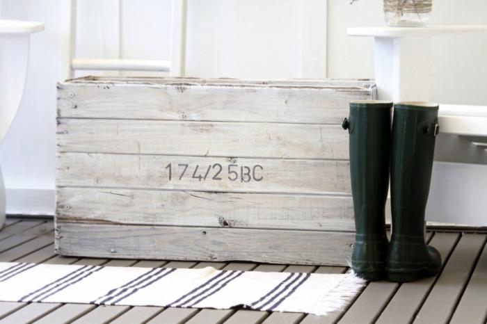 beach-cottage-decor-rug-wooden-box-white-wash